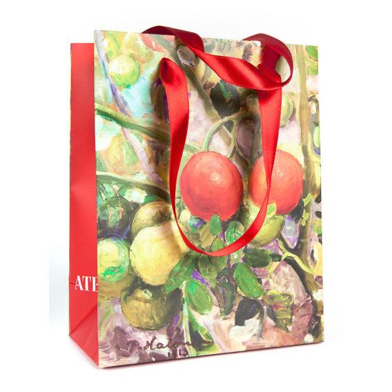 Tomaatteja lahjakassi iso, punaiset silkkikahvat ja punaiset sivut valkoisella Ateneum-logolla