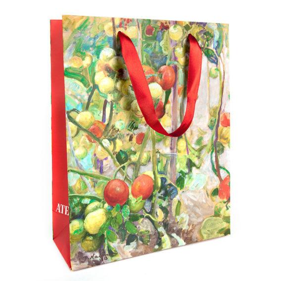 Tomaatteja lahjakassi pieni, punaiset silkkikahvat ja punaiset sivut valkoisella Ateneum-logolla