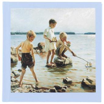 Leikkiviä poikia rannalla pieni muistikirja, teoskuva kannessa, muuten vaaleansininen vihko