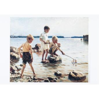 Leikkiviä poikia rannalla juliste