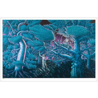 Sininen kuvasu fantasiatyyppisestä metsästä jonka keskellä käyskentelee naishanmo jolta roikkuu kädestä ja napanuorasta joku otus, pinkki taivas ja pinkkejä varjoja