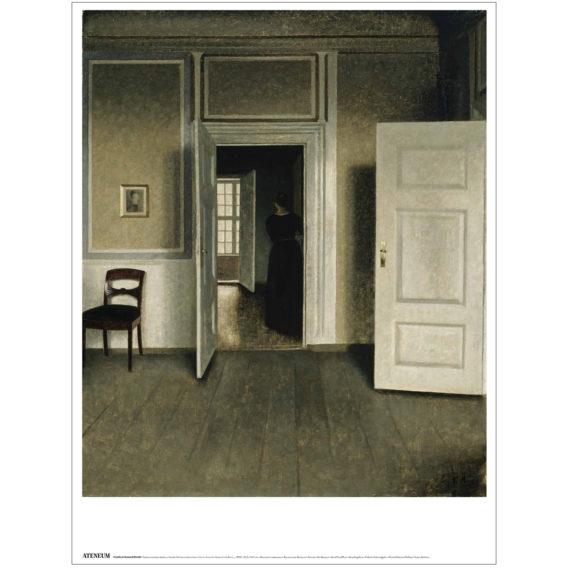 Keskellä avoinainen ovi mistä näkyy naisen hahmo, oven takana vasemalla tuoli, oikealla näkyy toinen avonainen ovi