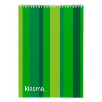 Kiasma piirustuslehtiö A4, vihreä raitainen lehtiö, alakulmassa vasemalla kiasman logo valkoisella