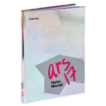 ARS17 Hello World! kannessa Kiasman logo, hopea väritys, pinkkiä tekstiä ja mustaa tekstiä