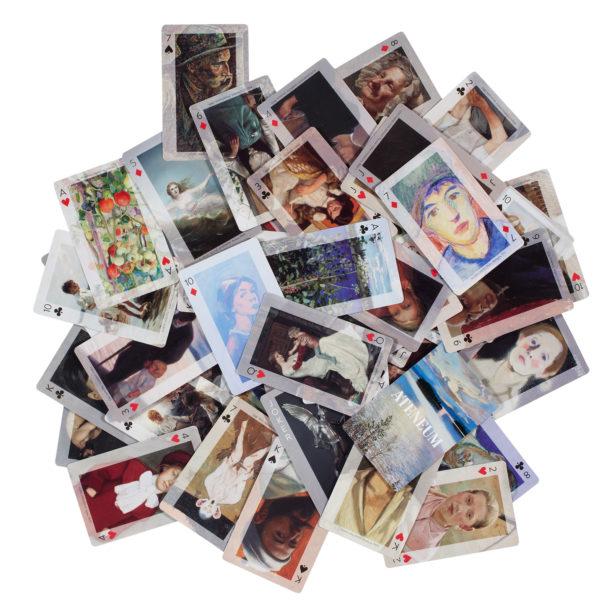 Kuva avatusta korttipakasta. Jokaisessa kortissa on eri taideteos.