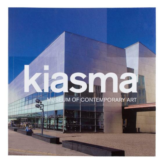 Kiasma Museum of Contemporary Art, kannessa kuva Kiasmasta ja iso Kiasma teksti keskellä kantta