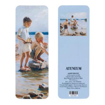 Leikkiviä poikia rannalla kirjanmerkki, toisella puolella lähikuva pojista, toisella puolella teoksesta pieni kuva vaaleansinisellä pohjalla