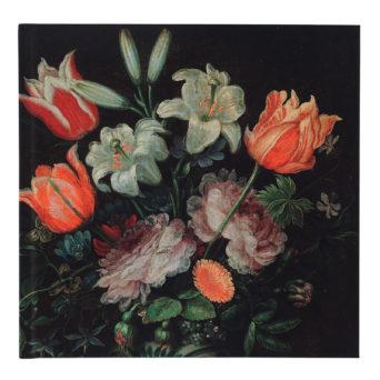 Mustalla taustalla oransseja ja punaisia kukkia asetelmana