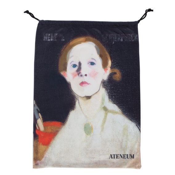Vaalea-asuisen naisen kasvot mustalla taustalla, takana siveltimiä punaisessa astiassa