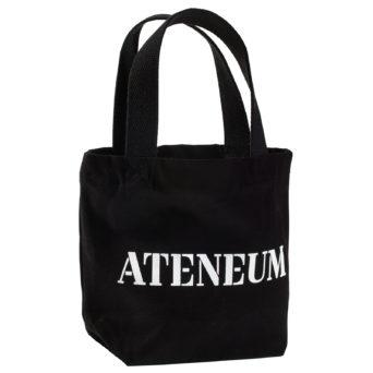 Pieni musta kangaskassi jossa valkoisella Ateneumin logo