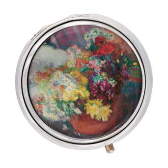 Pyöreä, hopeareunainen rasia, jonka kannessa maalattu kukka-asetelma