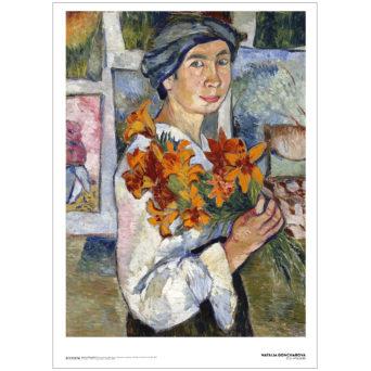 Nainen pitelee ksäissää keltaisia liljoja ja katsoo suoraan katsojaan