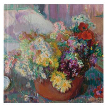 Hempeänvärinen violetinsävyinen maalaus kukka-asetelmasta rusehtavassa maljakossa