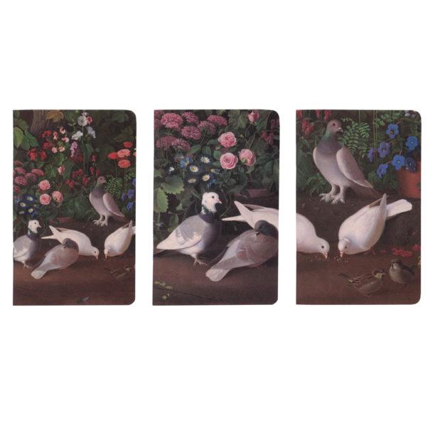 Kolme erilaista yksityiskohtaa teoksesta, jossa lintuja maassa taustallaan kukkia