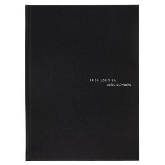 Mustakantinen kirja, jossa tekstiä hopealla