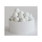 Kasa lumipalloja valkoisessa astiassa