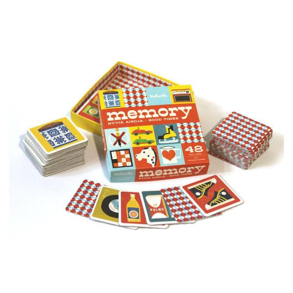 Muistipelin rasia ja kortteja levitettyinä sen ympärille, kuvat piirrettyjä ja retrohenkisiä