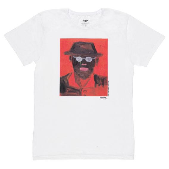 Valkoinen t-paita, jossa punaisessa suorakulmiossa tumma, hattupäisen miehen hahmo