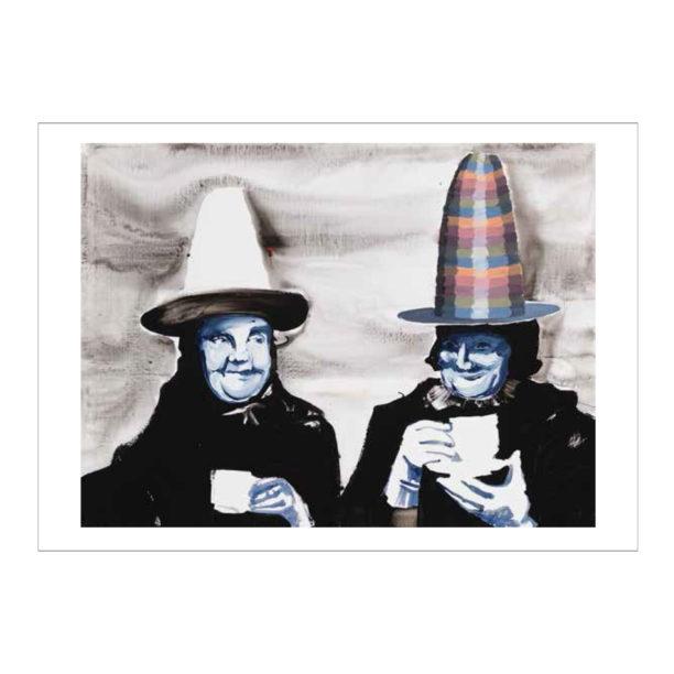 Kaksi mustiin pukeutunutta naisoletettua joilla on siniset naamat ja kahvikupit kädessä, sekä suuret hatut, oikealla olevan hattu on värikäs ja vasemalla olevan hattu on valkoinen mustalla lierillä