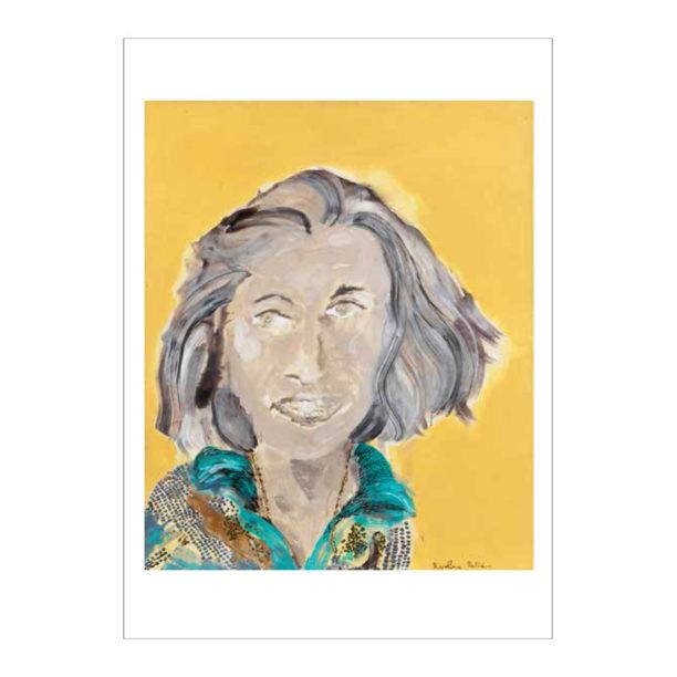 Lähikuva naisesta jolla harmaat hiukset ruskeilla raidoilla, sininen kauluspaita päällä, keltainen tausta