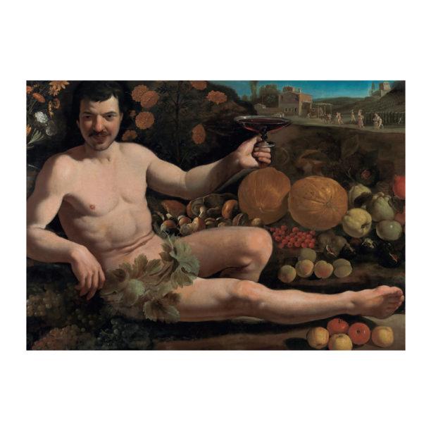 Alaston mies istuu hedelmien ympäröimänä ja kohottaa kädessään olevaa viinilasia