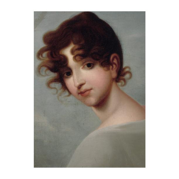 Nainen, jolla ruskeat kiharat hiukset, katsoo olkansa yli päällään vaaleanharmaa vaate