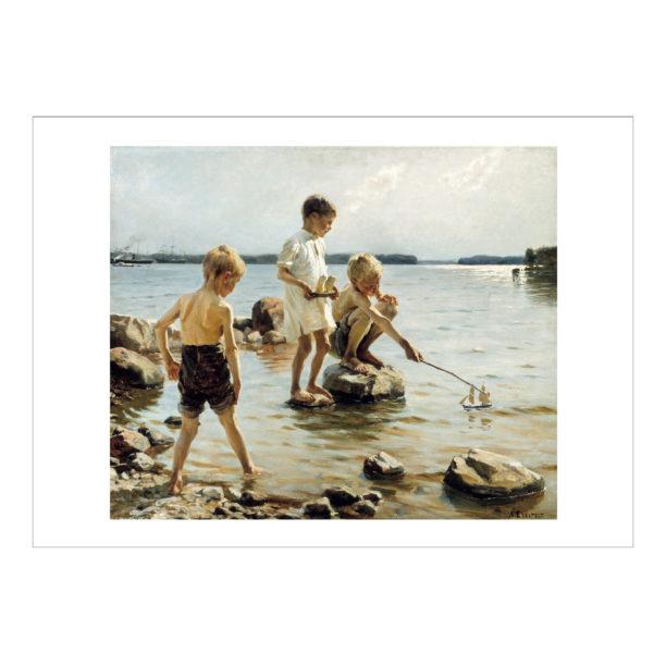 Leikkiviä poikia rannalla teos valkoisilla reunoilla, kolme poikaa leikkii rantavedessä, yksi seisoo kivellä laiva kädessään ja yksi istuu kyykyssä kivellä ohjaten kepillä vedessä olevaa omaa venettään, kolmas poika pitelee lahkeitaan ja on vasta kävelemässä veteen