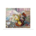 Värikäs kukkamaljakko keskellä kuvaa, tausta haalemman värinen, vaaleanpunaiseen taittava