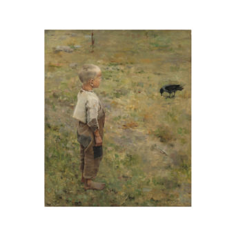 Paljasjalkainen poika ruskeissa housuissa ja vaaleassa paidassa katsoo nurmea nokkivaa varista