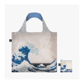 Kassi, jossa vaaleanharmaalla taustalla suuri aalto