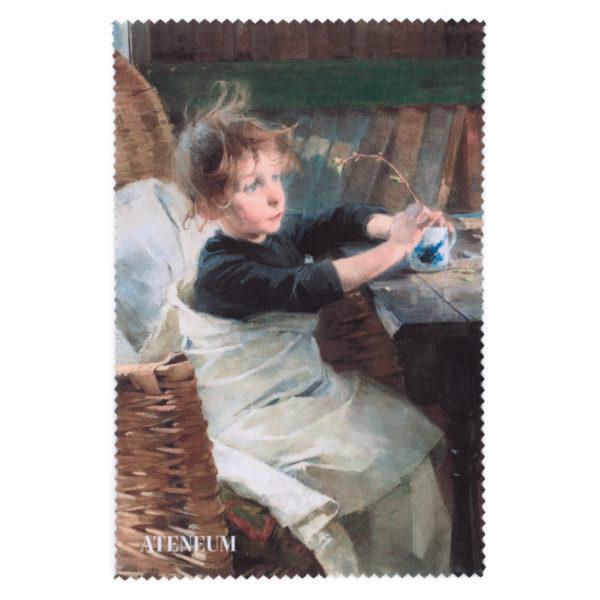 Lakanaan kääriytynyt tyttö istuu korituolissa pöydän ääressä käsissään muki