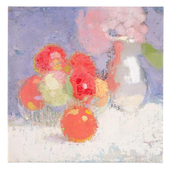Asetelma, jossa violetila ja vaaleanpunaisella taustalla punaisia omenoita ja väritön vaasi