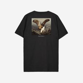 Musta t-paita, jossa printti teoksesta, jossa kotka hyökkää jäniksen kimppuun