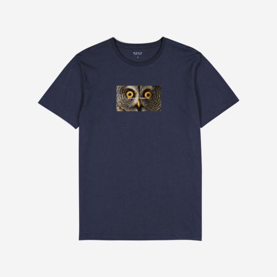 Tummansininen t-paita, jonka printissä lähikuva pöllön silmistä