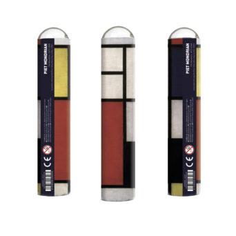 Kolme pystyssä olevaa putkiloa, joissa punaisia, valkoisia, keltaisia ja sinisiä suorakulmioita