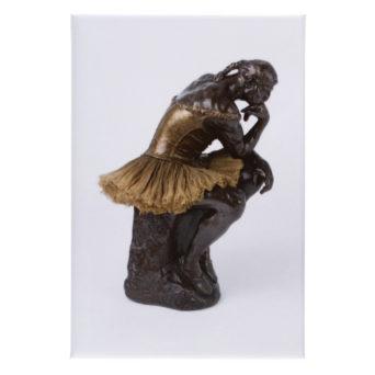 Thinker patsas kultaisessa balettimekossa, ballerian tossuissa ja palmikko päässä