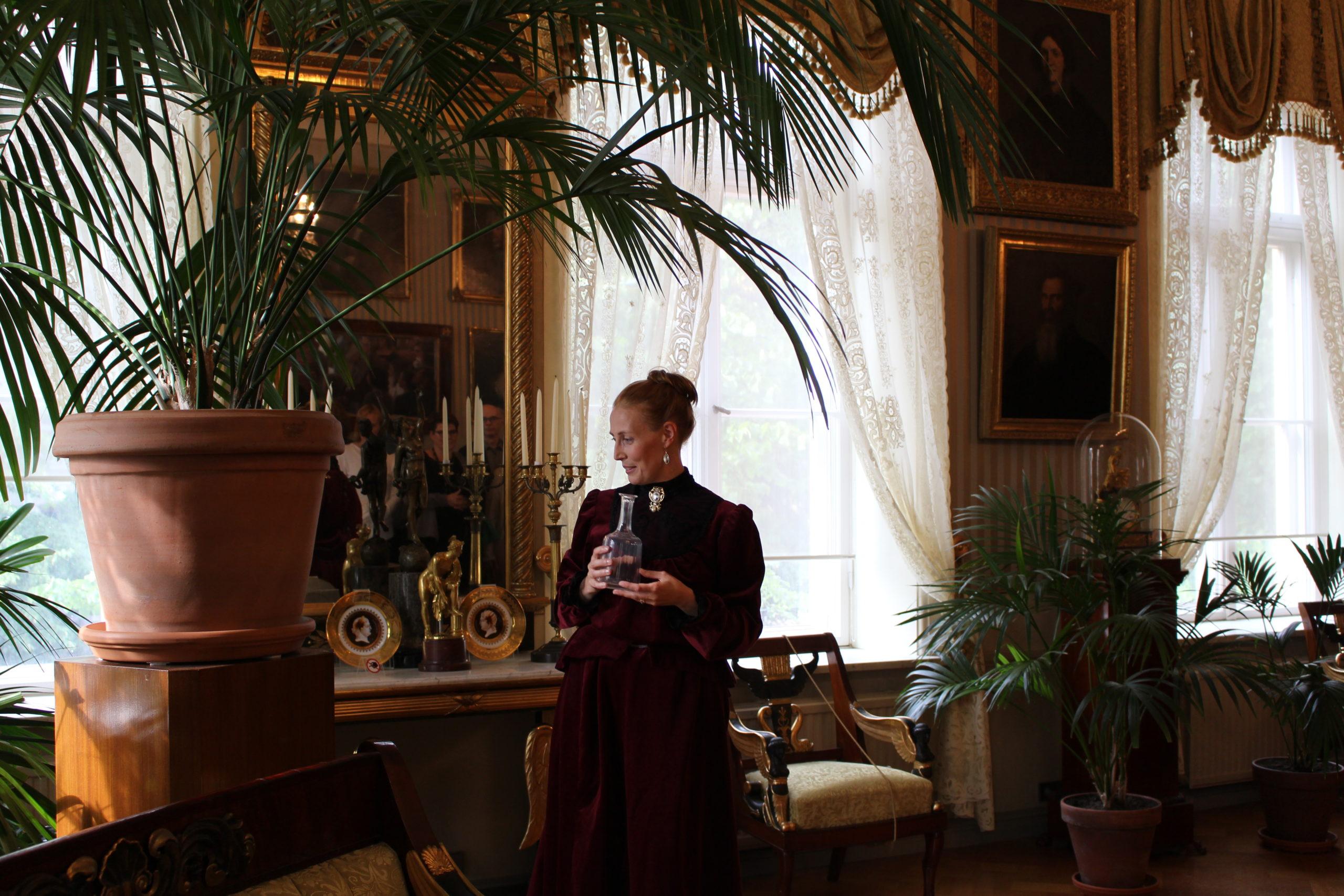 nainen historiallisessa asussa Sinebrychoffin kotimuseossa