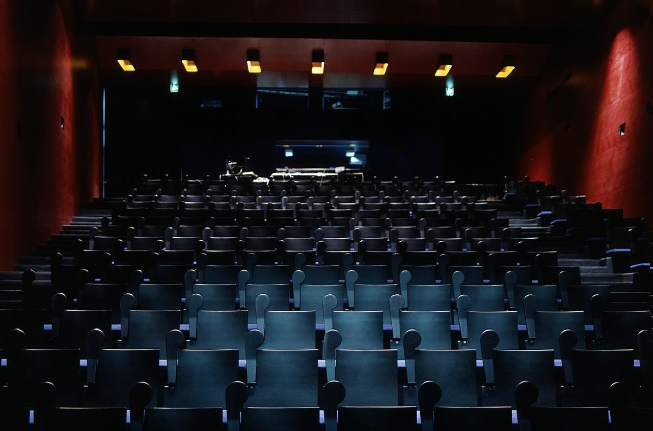 Kiasman Teatteri kuvattuna lavalta ylöspäin seminaarivalaistuksessa. Näkyvissä penkkirivistö ja takana ohjaajanpöytä.