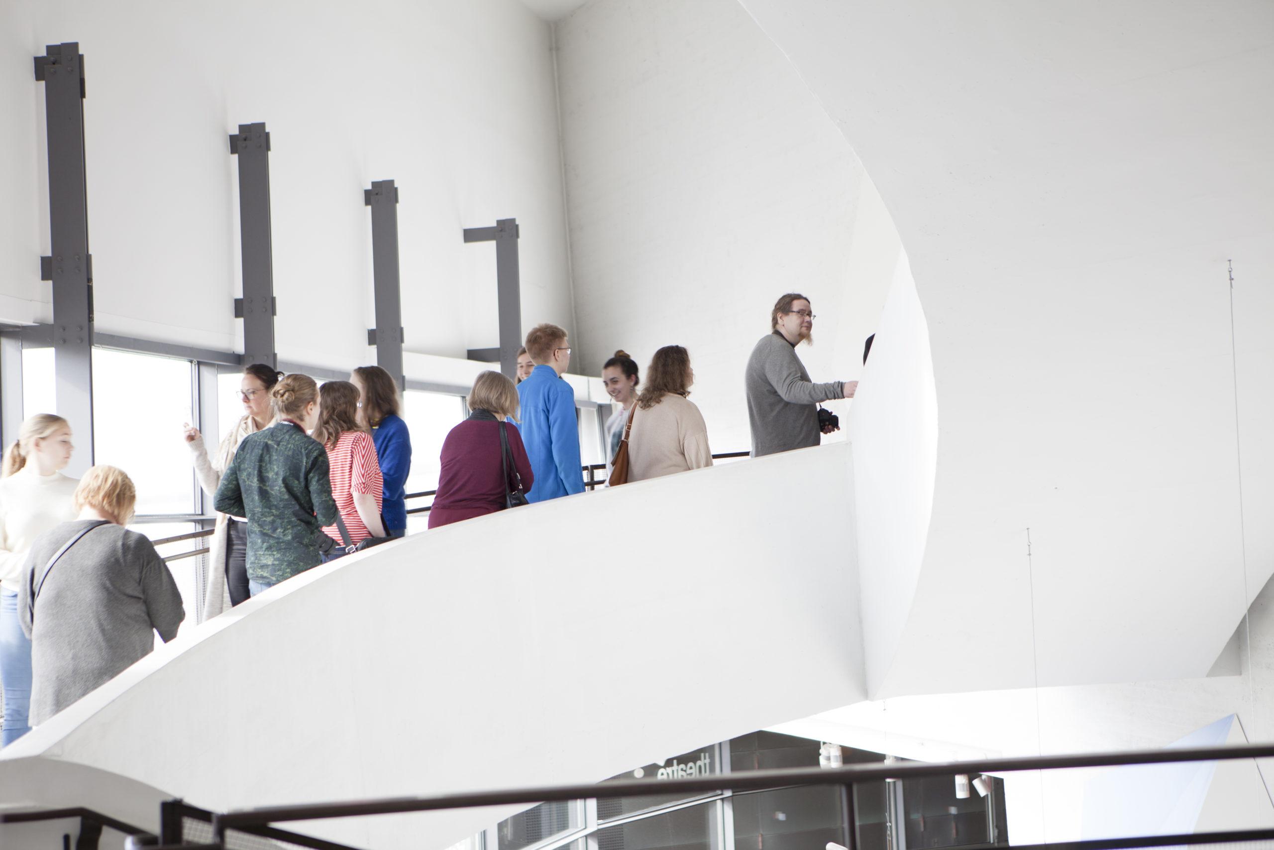 Ihmisiä Kiasman portaikossa
