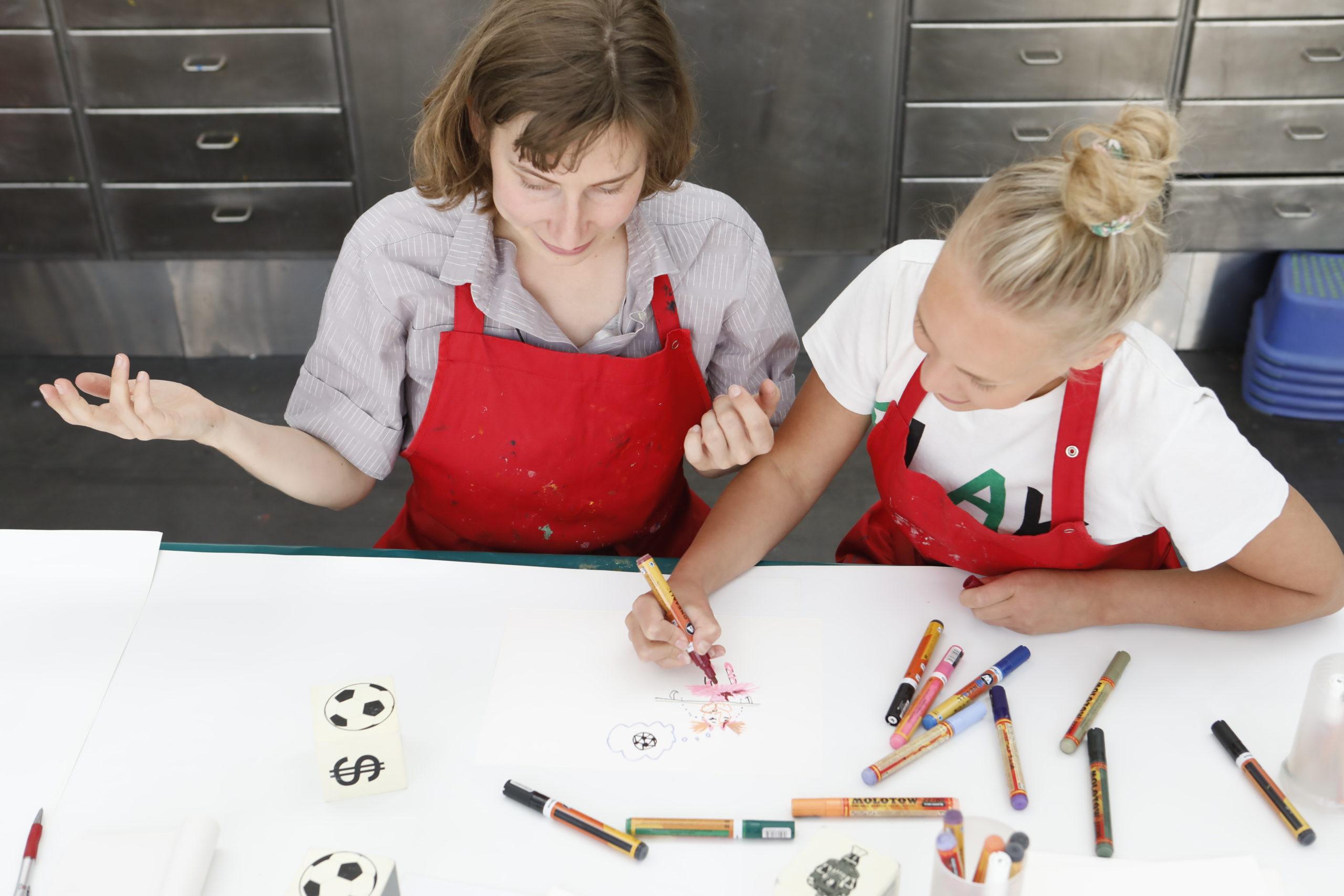 kaksi naista piirtää pöydän ääressä