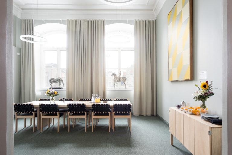 Höijerin kuva ovelta päin, oikealla tarjoilupöytä, takaseinällä isot ikkunat.