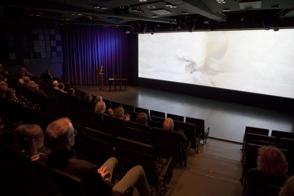 kuvaesitys auditoriossa