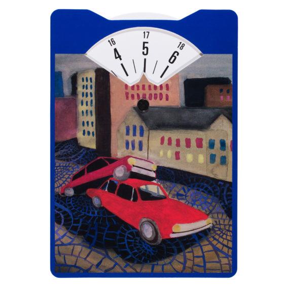 Parkkikiekko, jossa kaksi punaista autoa kaupungin kadulla