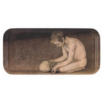 Pitkulainen tarjotin, jossa alastoin polvistunut poika, käsissään pääkallo