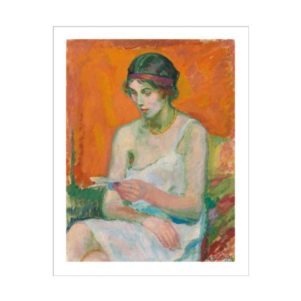 Nainen lukee kirjettä, taustalla oranssi seinä