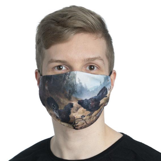 Vaalen pojan kasvoilla kankainen maski jossa taideteoksen kuva