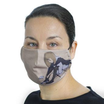 Naisen kasvoilla kangainen maski, jossa tesokuva