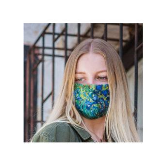 Nainen jolla kasvoillaan taideaiheinen kangasmaski