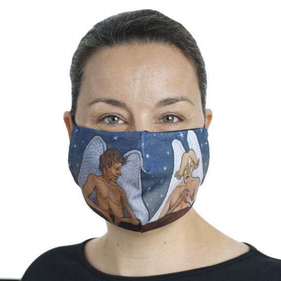 Naisen kasvoilla kankainen maski, jossa kaksi enkeliä