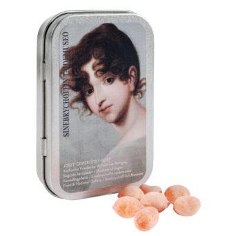 metallinen rasia kannessa tyttö rasian edessä makeisia